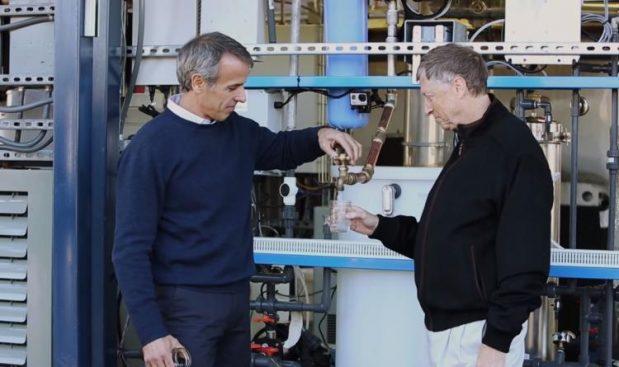 Bill Gates transforma heces en agua potable